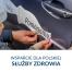 Umieszczanie naklejek na samochodzie. Grupa PKO Leasing wspiera polską Służbę Zdrowia w walce z koronawirusem.