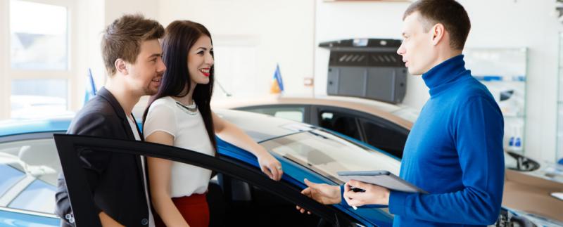 Para kupująca samochód