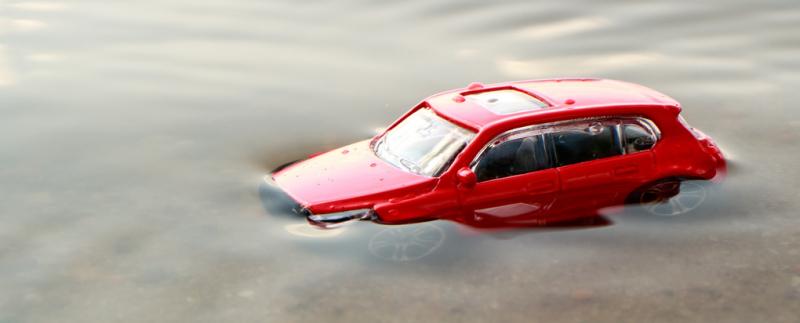 przybliżenie model samochód czerwony pod wodą tonie woda zielona piach lato